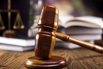 柳州银行董事长街头被砍揭骗贷420亿案 13人受审