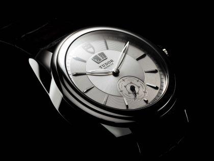 南极途中被抢16万元手表 保险公司被判赔2.1万元